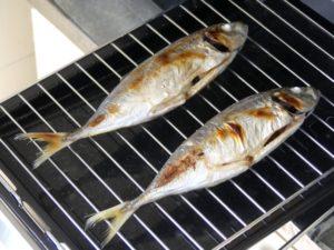 Il pratico griglia-pesce nella cucina giapponese