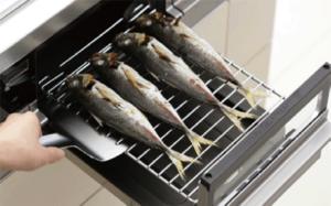 La práctica parrilla en una cocina japonesa