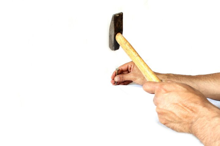 a hammer to show the origin of the word aizuchi