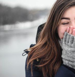 为什么日本女生捂嘴笑? – 日本独特的肢体语言