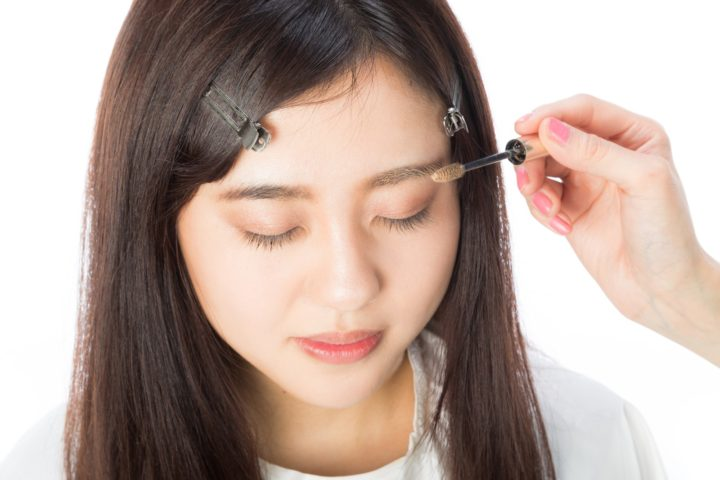 Japanese beauty standards, putting on makeup